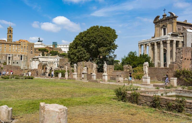 Romańskie statuy przy domem Vestals w Romańskim forum, Rzym, Włochy zdjęcie stock