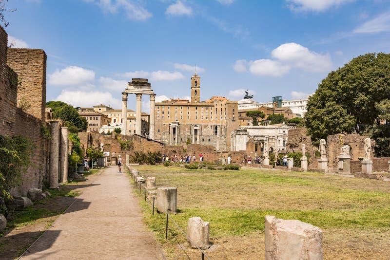 Romańskie statuy przy domem Vestals w Romańskim forum, Rzym, Włochy obrazy stock