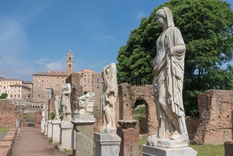 Romańskie statuy w forum Romanum rome Włochy zdjęcia royalty free