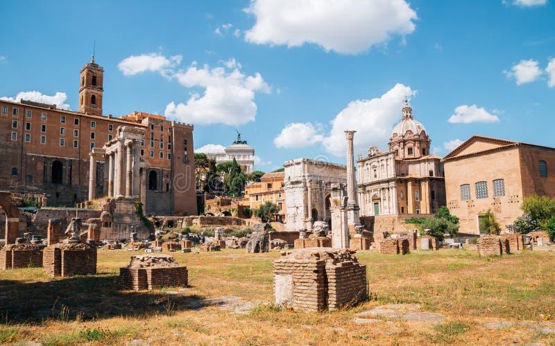 Romańskiego forum antyczne ruiny w Rome, Włochy zdjęcia stock