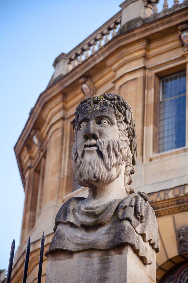 Romańskiego stylu statua przy Sheldonian Theatre Oksfordzki Oxfordshire Sout obraz stock