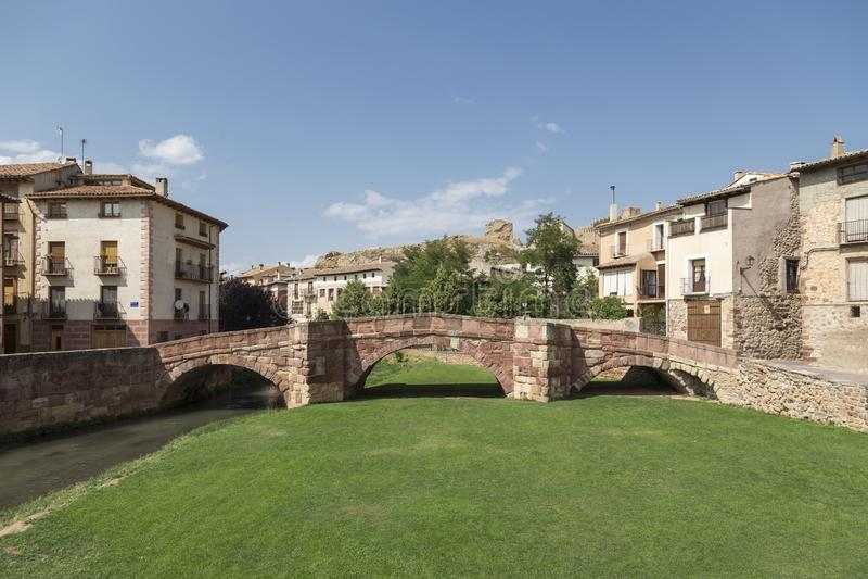 Romańszczyzna most lub stary most, rzeczny Gallo, Molina De aragà ³ n, Guadalajara, Hiszpania obrazy stock