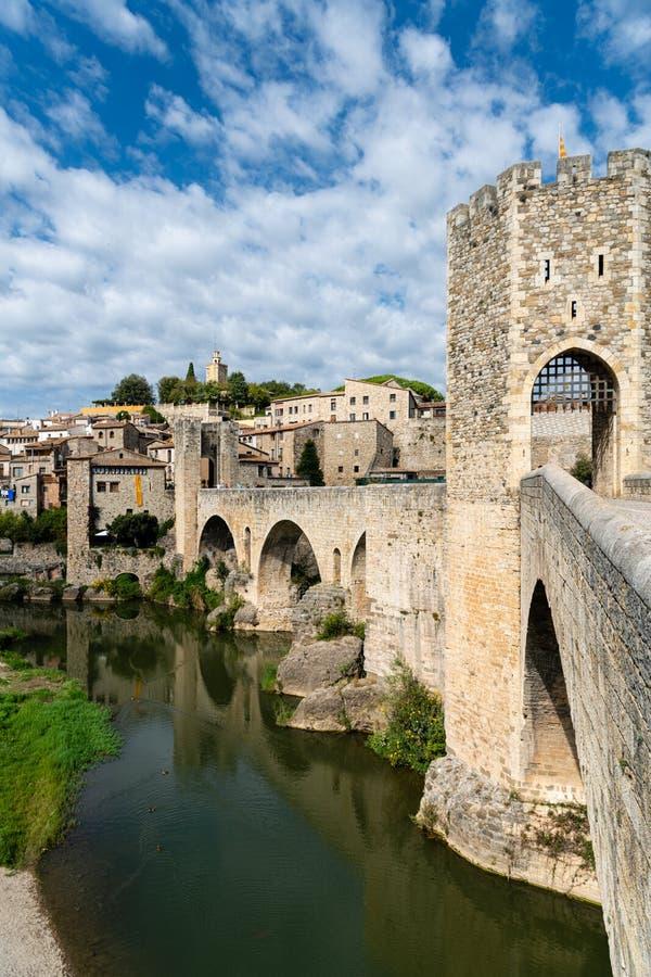 Romańszczyzna most przez rzekę Fluvia z łukami i defence góruje w Besalu, Girona, Hiszpania zdjęcie stock