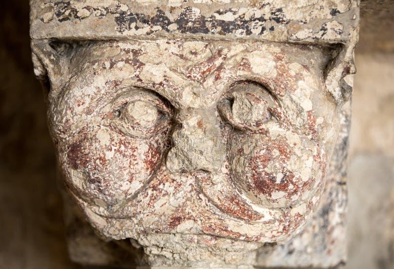 Romańszczyzny cyzelowanie Dziwaczny Kierowniczy lub twarz c12th kapitał w Cloisters Montmajour opactwo blisko Arles zdjęcie royalty free
