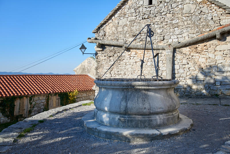 Romańszczyzny deszczówki i domu odcieki i Kamienna fontanna w Stanjel Slovenia obrazy royalty free