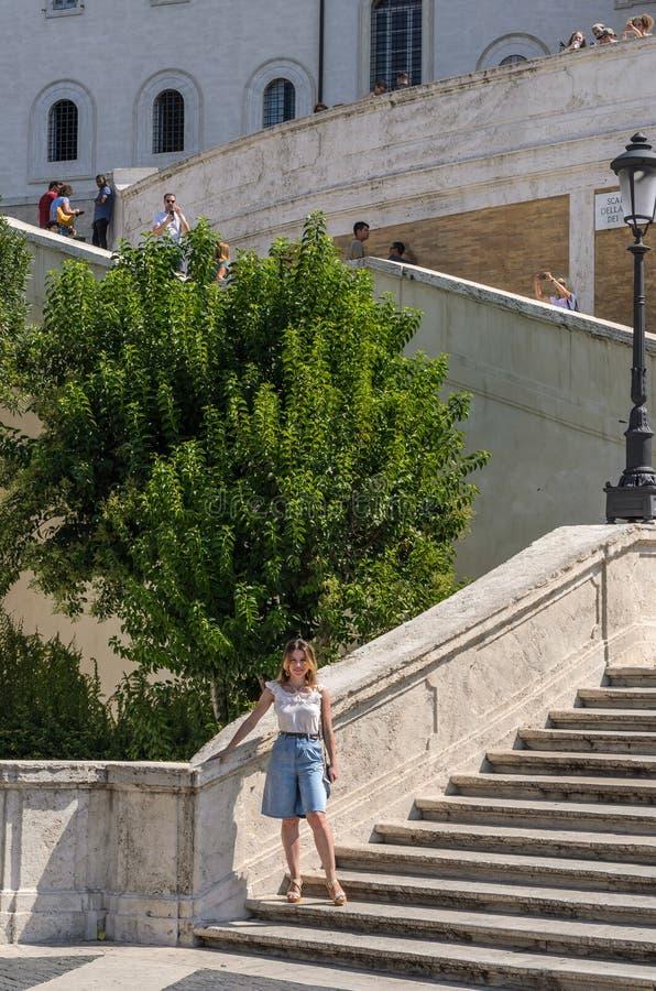 ROMA, ИТАЛИЯ - АВГУСТ 2018: Молодая красивая девушка на лестницах квадрата Испании в Риме, Италии стоковое изображение rf