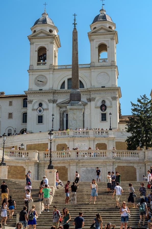ROMA, ИТАЛИЯ - АВГУСТ 2018: Туристы на площади Испании в Риме Италии стоковая фотография