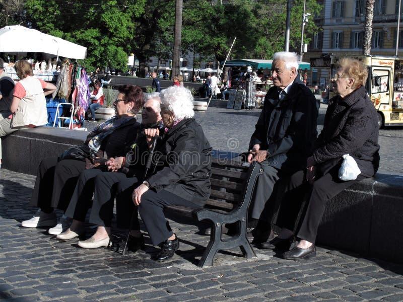 Roma, algunas personas mayores imagen de archivo libre de regalías