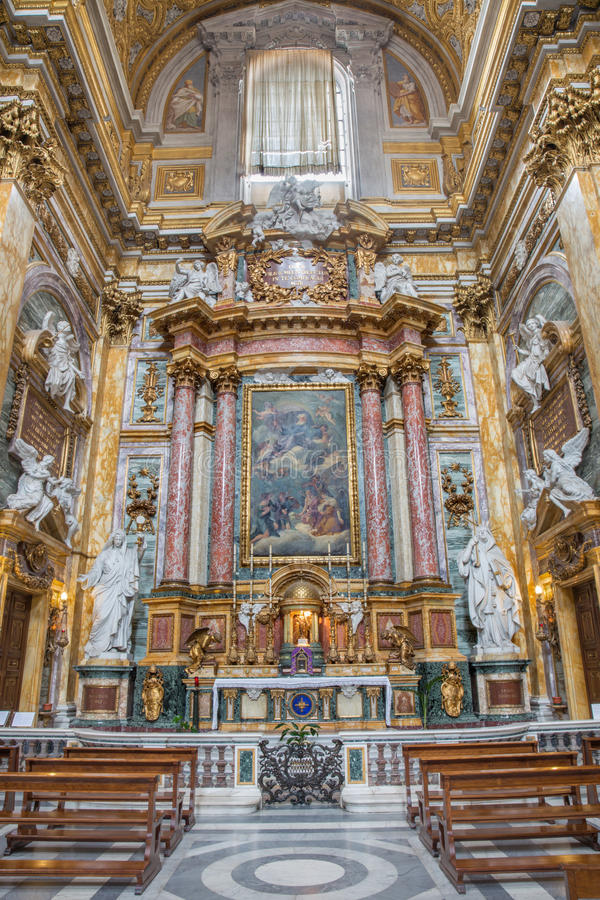 Roma - altar lateral del dei barroco Santi Ambrogio e Carlo al Corso de la basílica de la iglesia imagen de archivo