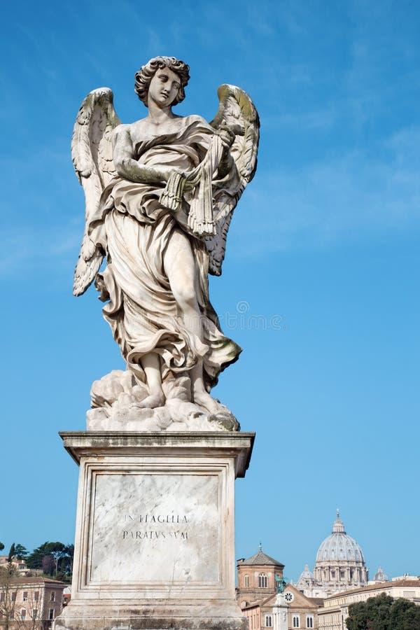Roma - angelo con le fruste - Ponte Sant'Angelo - ponte di angeli fotografia stock libera da diritti