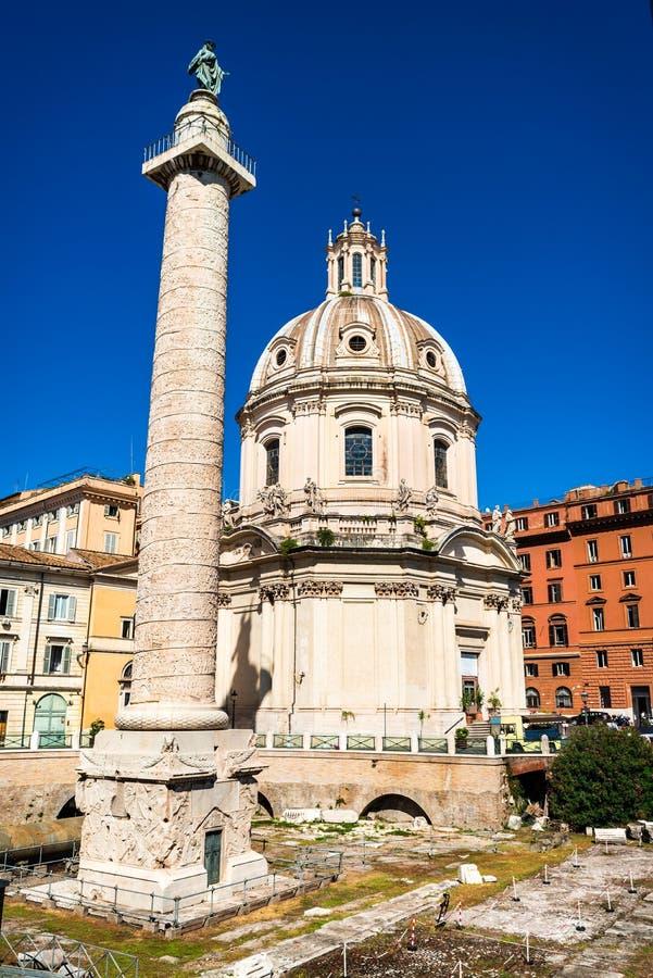 Roma, coluna de Trajan em Itália imagens de stock