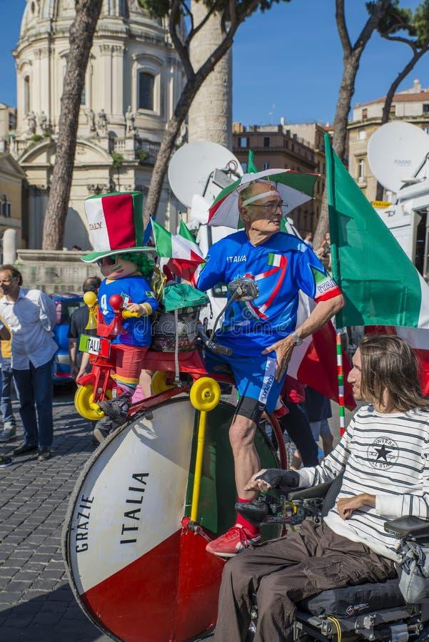 Roma - 20 de junho de 2014: Um tifoso italiano do fã de futebol monta em uma bicicleta imagem de stock