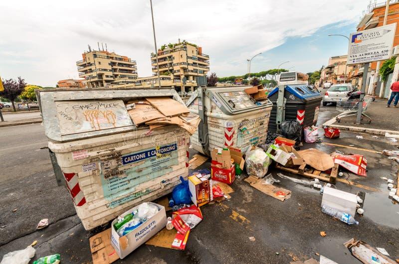 ROMA - 20 DE MAIO DE 2014: Latas de lixo sujas em subúrbios da cidade roma fotos de stock royalty free