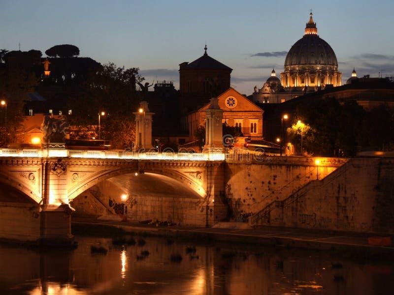 Roma e Vatican alla notte fotografie stock libere da diritti