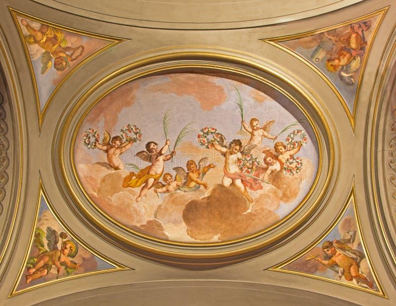 ROMA: El fresco simbólico de ángeles con las flores en el techo del cubo lateral en los di Santi Giovanni e Pablo de la basílica  fotos de archivo libres de regalías