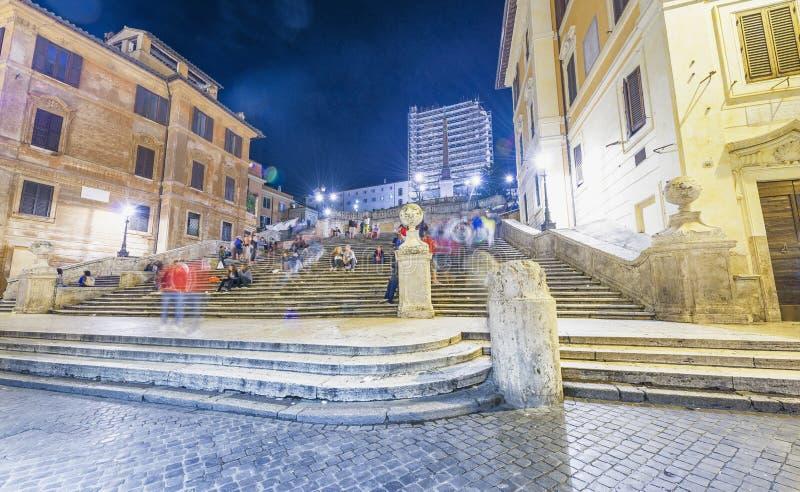 ROMA - EM JULHO DE 2014: Turistas em etapas espanholas na noite Attra de Roma imagem de stock