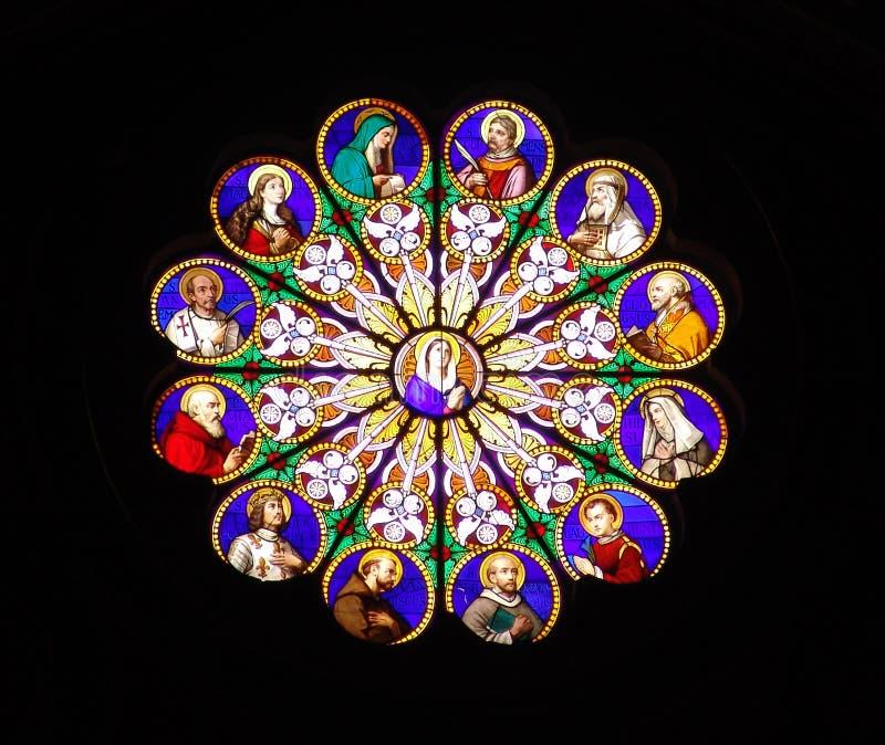 Roma, finestra di vetro colorata di una chiesa fotografia stock libera da diritti
