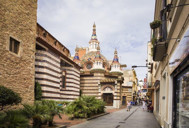 Roma i centret som byggs i gotisk stil Församlingkyrka på kusten av Costa Brava arkivbild