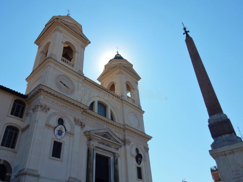 Roma - igreja e obelisco de montanhas da trindade imagens de stock royalty free