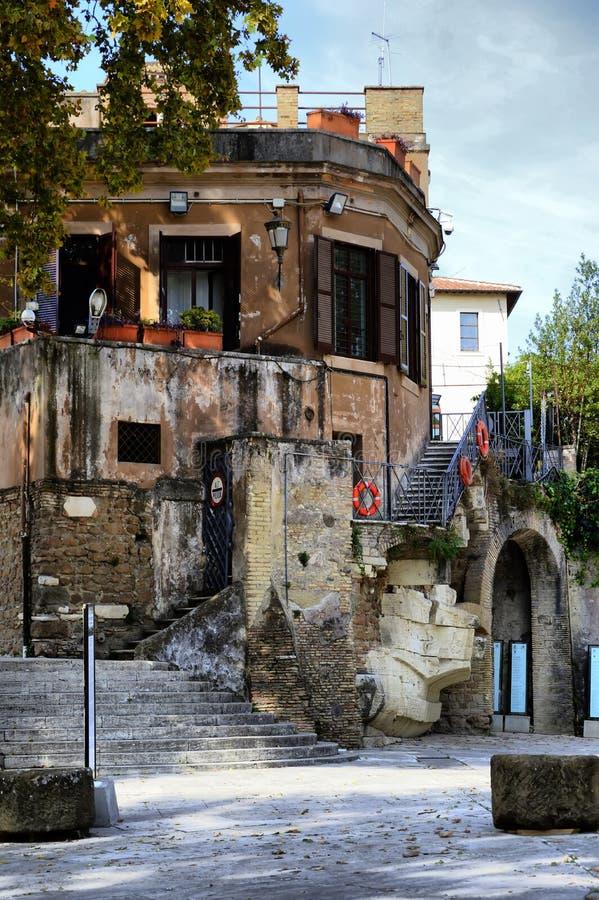 roma Isola Tiberina, vecchio ospedale di Aesculapius su Tiberina immagini stock libere da diritti