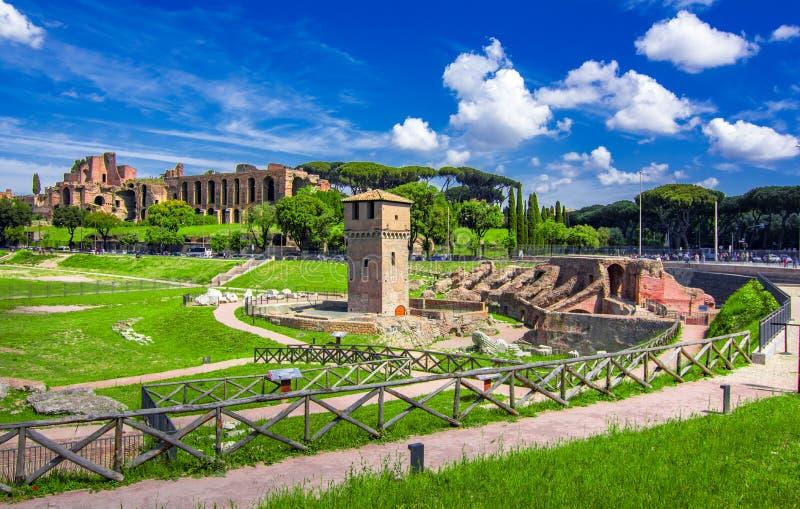 Roma, It?lia: Circo Maximus, em um dia de ver?o ensolarado O circo Maximus ? um est?dio decompet?ncia romano antigo imagem de stock