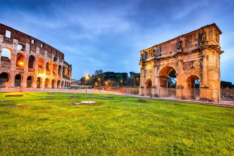 Roma, Itália - Colosseum e arco de Constantim imagem de stock