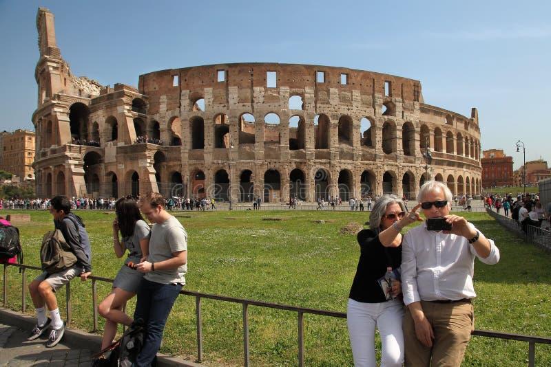 Roma, Itália - 7 de abril de 2016: Os turistas fazem o selfie no backgro imagem de stock royalty free