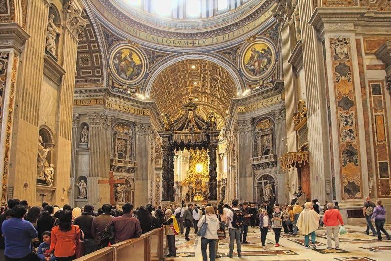 Roma, Itália - 10 de abril de 2016: Os turistas estão visitando a basílica do ` s de St Peter no Vaticano A basílica de St Peter  foto de stock royalty free