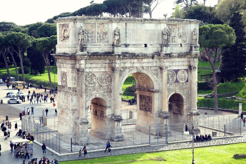 ROMA; ITÁLIA - 8 DE ABRIL: Turistas no arco de Constantim em R fotos de stock royalty free