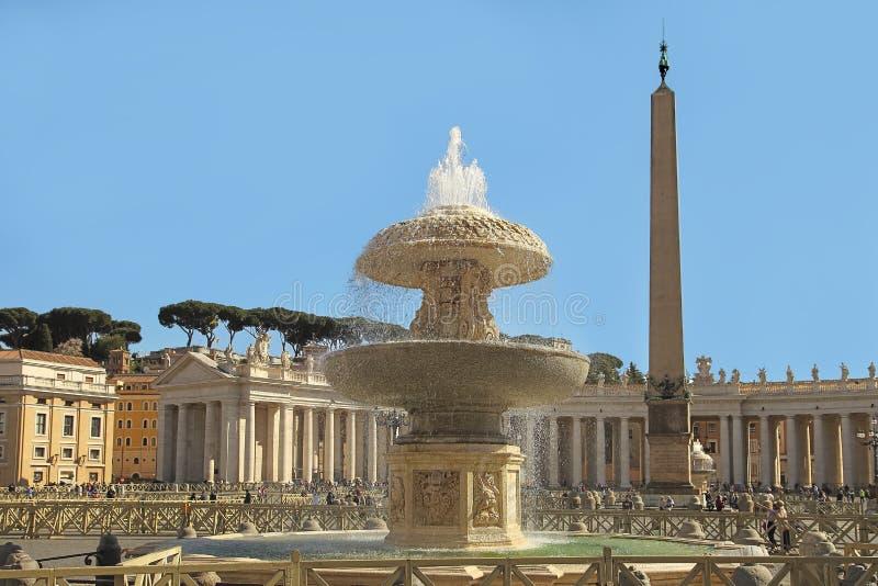 Roma, Itália - 10 de abril de 2016: Vaticano do quadrado do ` s de St Peter, Roma, Itália, arquitetura do renascimento Um do popu foto de stock royalty free