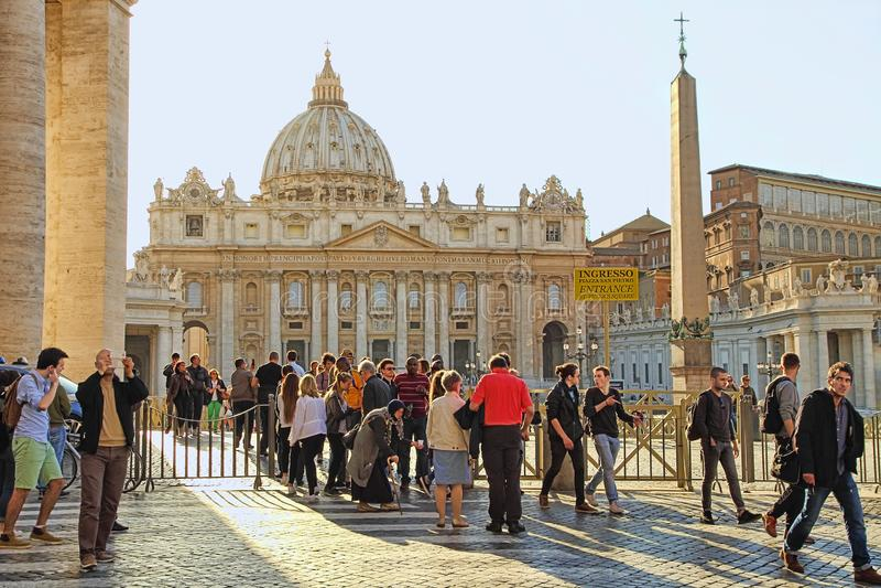 Roma, Itália - 10 de abril de 2016: Vaticano do quadrado do ` s de St Peter, Roma, Itália, arquitetura do renascimento Um do popu foto de stock