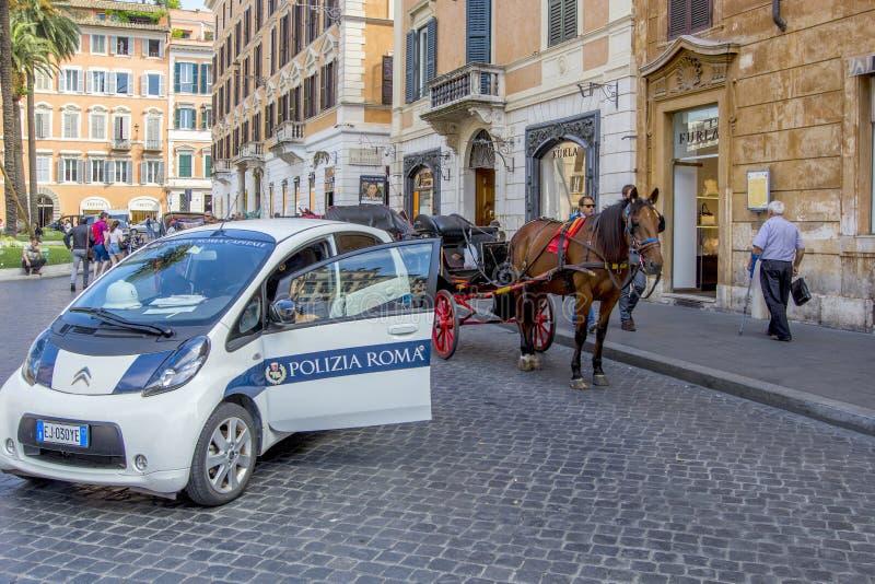 ROMA, ITÁLIA - 17 DE JUNHO DE 2014: Carro de polícia, carro do cavalo com um treinador para turistas nas ruas de Roma, Itália fotografia de stock royalty free