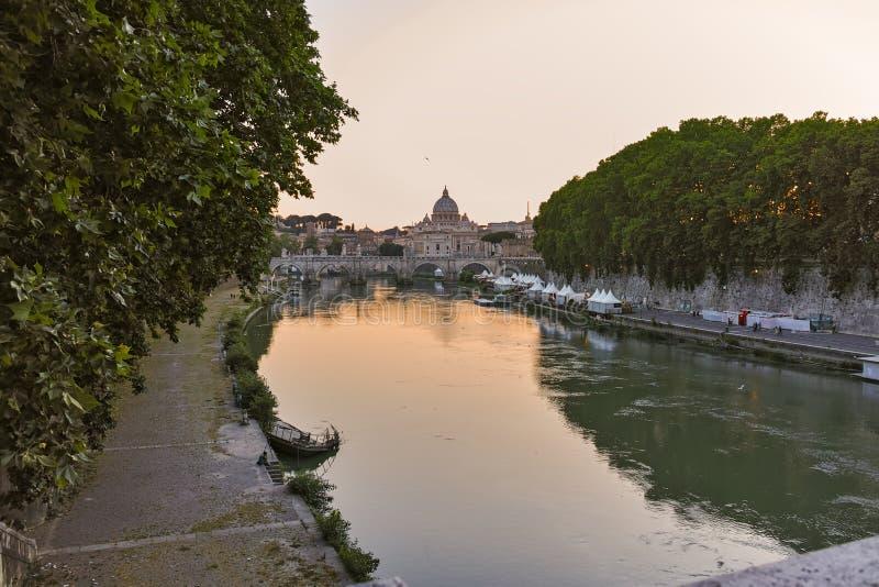 ROMA, ITÁLIA - 22 DE JUNHO DE 2017: Ideia surpreendente do por do sol basílica do ` s do rio e do St Peter de Tibre em Roma fotos de stock royalty free