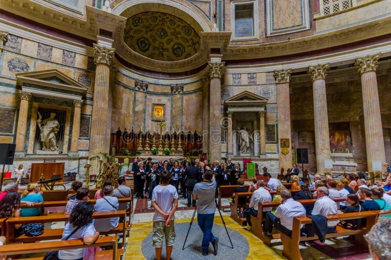 ROMA, ITÁLIA - 13 DE JUNHO DE 2015: Panteão de Agrippa dentro das estruturas do revestimento da vista, do mármore e do ouro Povos fotografia de stock royalty free