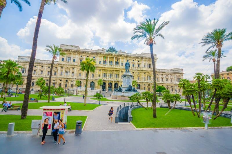 ROMA, ITÁLIA - 13 DE JUNHO DE 2015: A vista frontal do palácio de justiça em Roma, palmas no quadrado decora o lugar imagens de stock