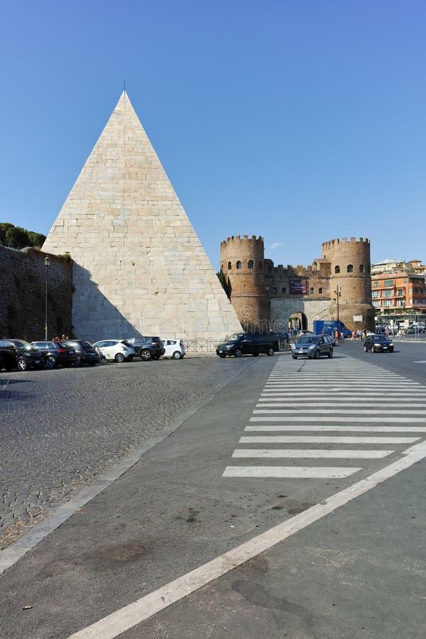 ROMA, ITÁLIA - 22 DE JUNHO DE 2017: Vista surpreendente da pirâmide de Caius Cestius e do St Paolo de Porta na cidade de Roma imagens de stock royalty free