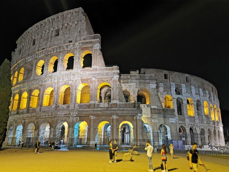ROMA, ITÁLIA - 16 DE JUNHO DE 2019 - opinião da noite de Colosseum imagens de stock
