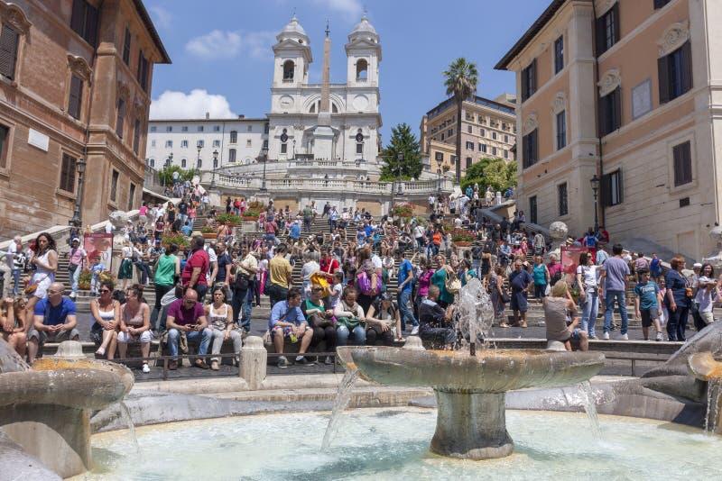 Roma, Itália - 2 de junho de 2012: Turistas que sentam-se nas etapas do Pia fotografia de stock royalty free