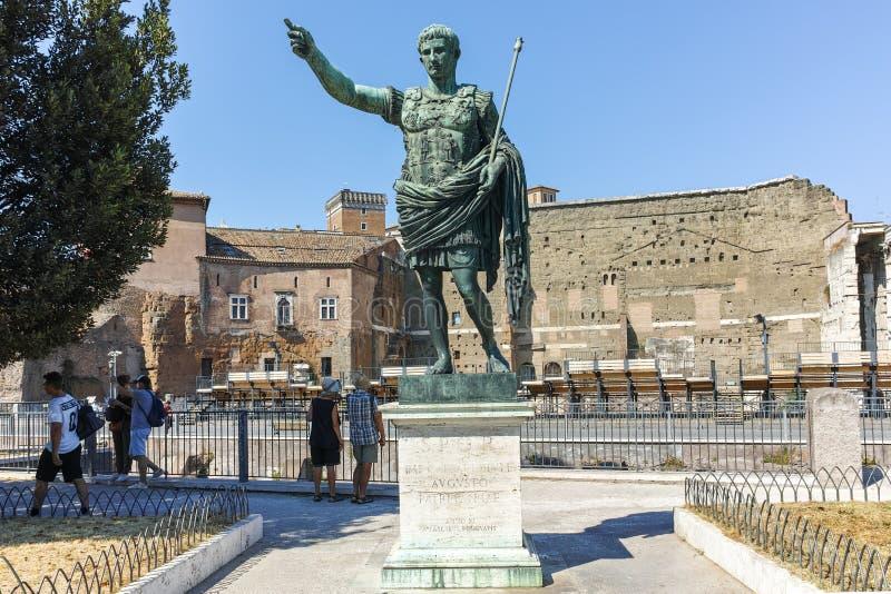 ROMA, ITÁLIA - 23 DE JUNHO DE 2017: Vista surpreendente de Augustus Forum e da estátua na cidade de Roma imagem de stock royalty free