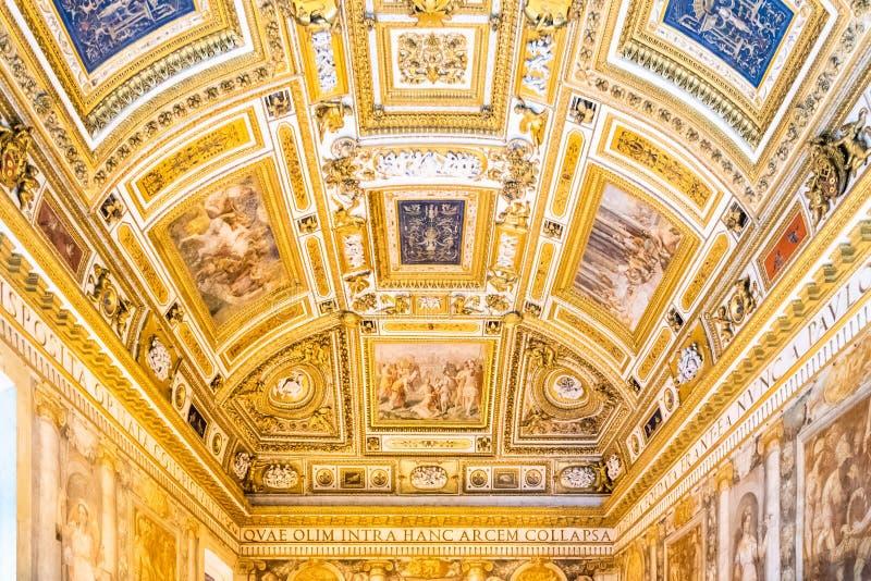ROMA, ITÁLIA - 5 DE MAIO DE 2019: Decoração pitoresca do apartamento do papa em Castel Sant Angelo, ou em Hadrian Mausoleum, Roma imagens de stock