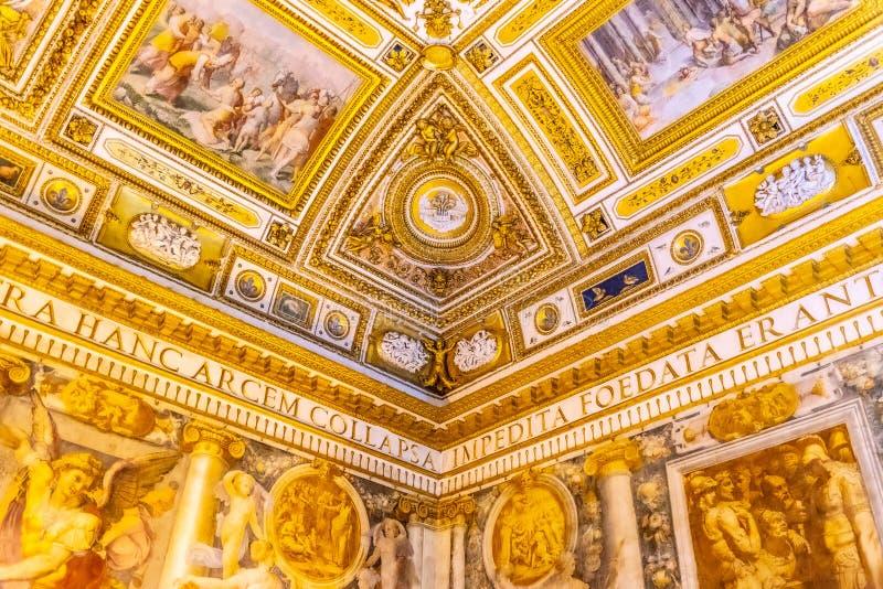 ROMA, ITÁLIA - 5 DE MAIO DE 2019: Decoração pitoresca do apartamento do papa em Castel Sant Angelo, ou em Hadrian Mausoleum, Roma imagem de stock
