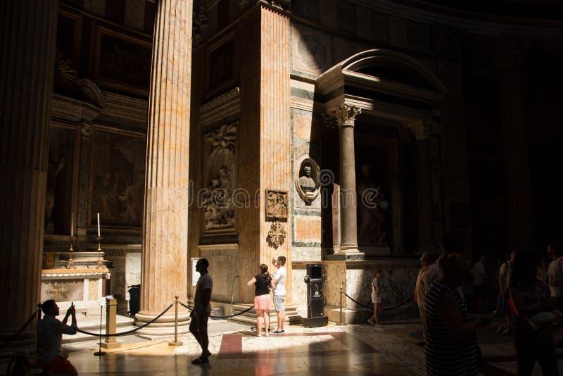 Roma, Itália - 30 de maio de 2018: Interior de Roman Pantheon antigo com o raio de luz famoso da parte superior fotografia de stock royalty free
