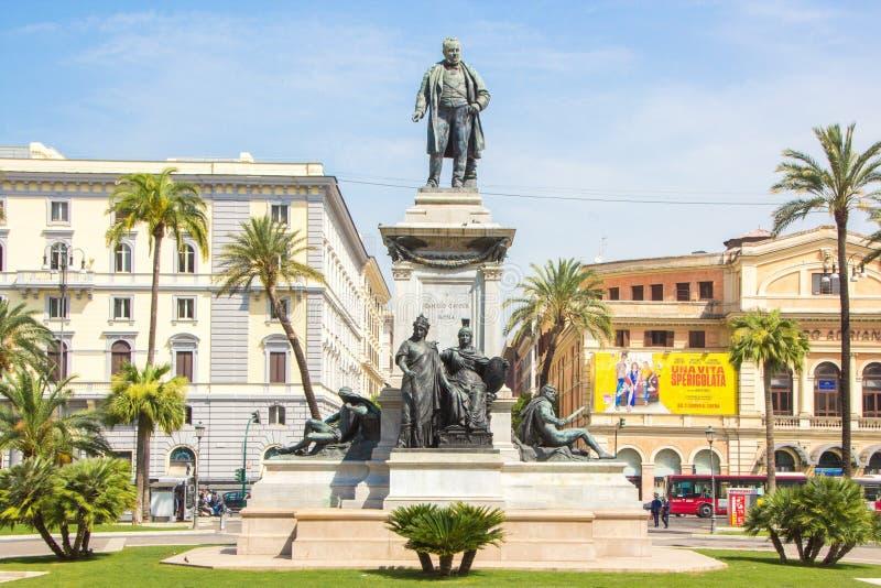 Roma, Itália - 30 de maio de 2018: Monumento a Camillo Benso, contagem de Cavour Camillo Benzo di Cavour, na praça Cavour ao lado imagens de stock royalty free