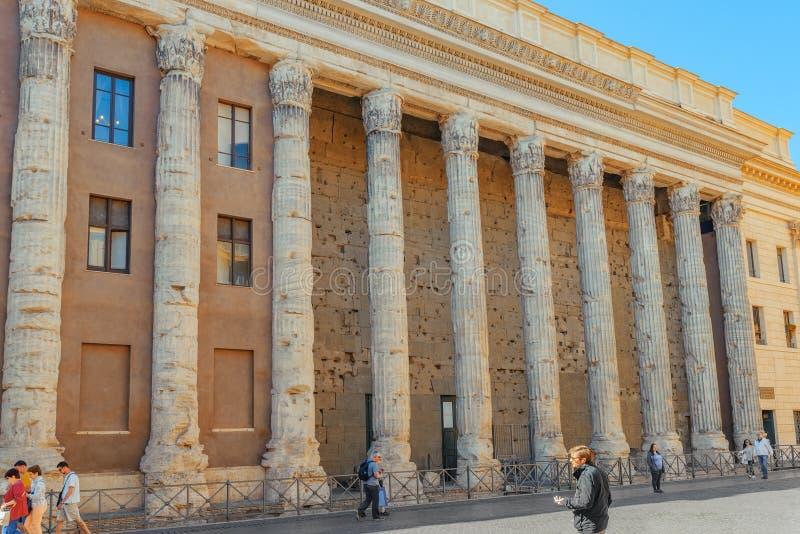 ROMA, ITÁLIA - 9 DE MAIO DE 2017: O templo de Adrian Il divina fotografia de stock