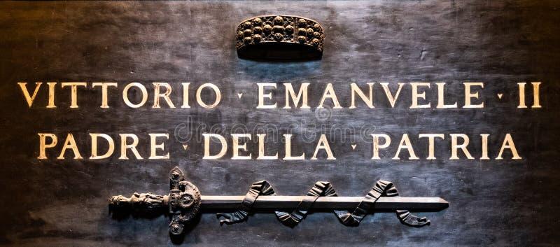 ROMA, ITÁLIA - 5 DE MAIO DE 2019: Túmulo do rei Vittorio Emanuele II no panteão, Roma Itália Ideia detalhada da inscrição imagens de stock