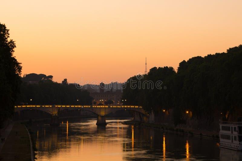Roma, Itália - 31 de maio de 2018: A vista de nivelamento de Roma e do rio de Tibre Iluminação, por do sol e iluminação bonitos,  foto de stock