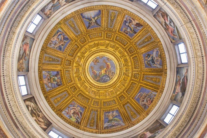 ROMA, ITÁLIA - 9 DE MARÇO DE 2016: O mosaico do deus o pai na parte superior da cúpula na capela de Chigi por Luigi de Pace & por imagens de stock royalty free