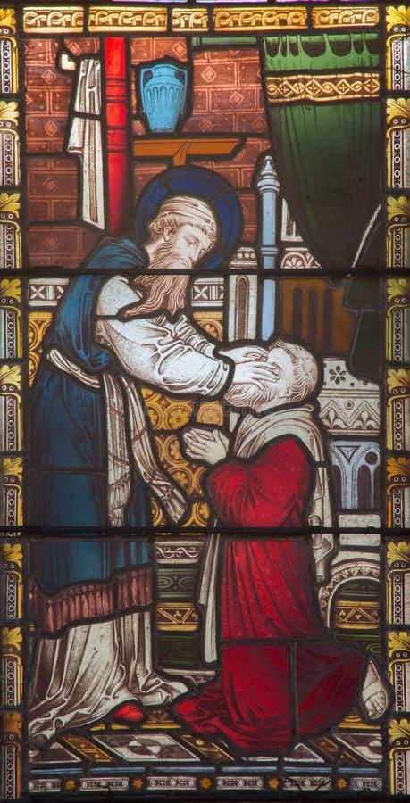 ROMA, ITÁLIA - 9 DE MARÇO 2016: O Ananias que restaura a vista a Saul no vitral de toda a igreja anglicana do ` de Saint fotografia de stock