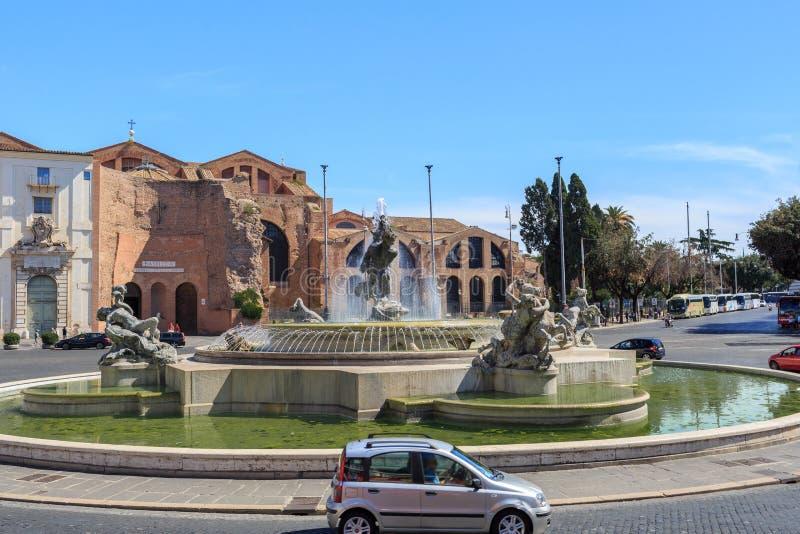 ROMA, ITÁLIA - 8 DE SETEMBRO DE 2016: Fonte no della Repubblica da praça em Roma, com a basílica de St Mary dos anjos atrás fotos de stock