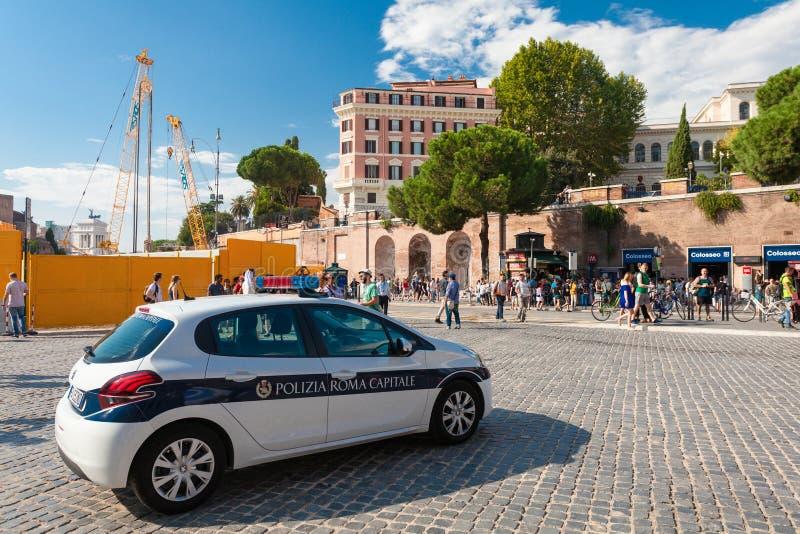 Roma, Itália - 12 de setembro de 2016: O carro de polícia patrulha a estação próxima Colosseo do metro de Roma (metro) perto de C fotos de stock royalty free